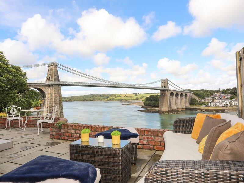 Telford House, Bangor, holiday rental in Menai Bridge