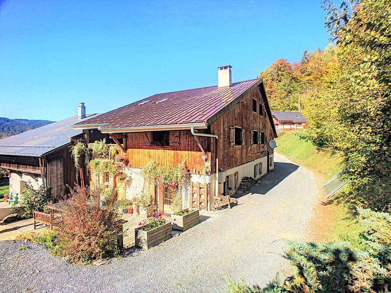 Beautiful renovated chalet near ski resort, France, holiday rental in Cluses