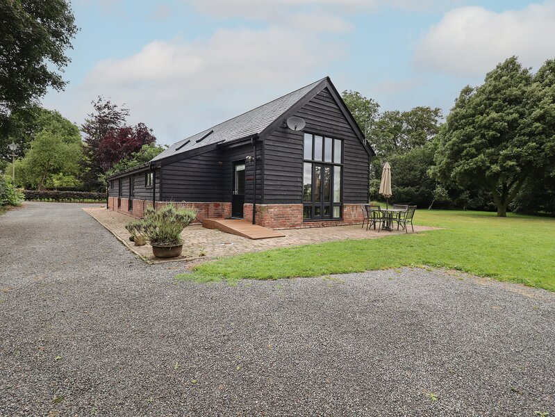 FISHERMAN'S LODGE, timber-framed lodge with great views, on-site fishing, close, vacation rental in Ashwell
