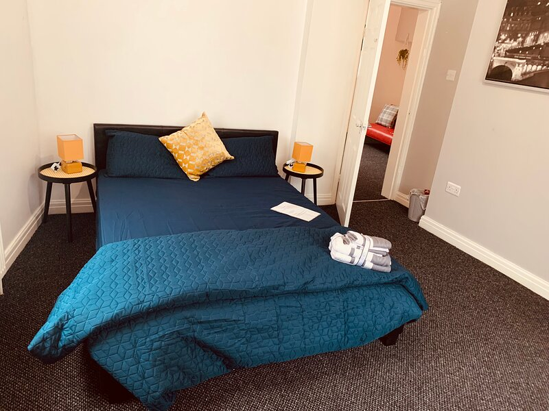 Spacious City Centre Apartment with private parking, vacation rental in Salford