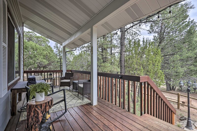 NEW! Charming Overgaard Home w/ Fire Pit & Games!, holiday rental in Forest Lakes