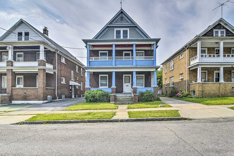 NEW! Historic Townhome w/ Yard - 1 1/2 Mi to Falls, casa vacanza a Lockport
