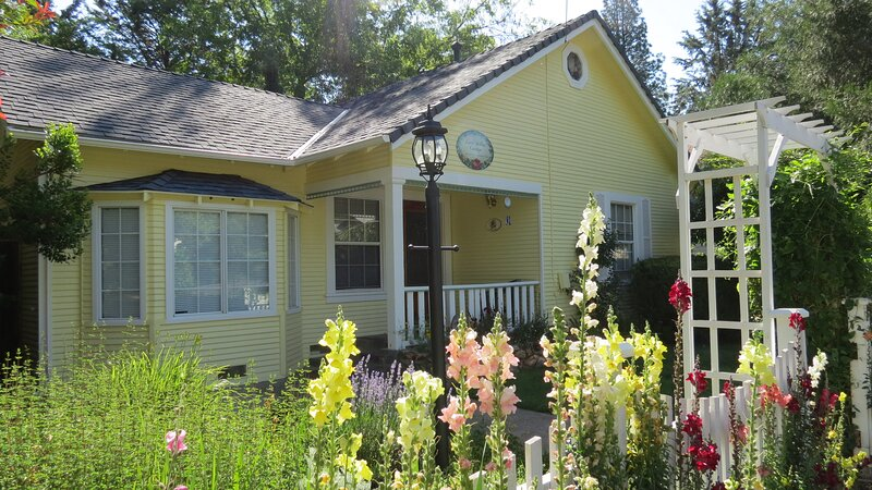 Little Yellow Cottage- near downtown and the town park/creek!, holiday rental in Columbia