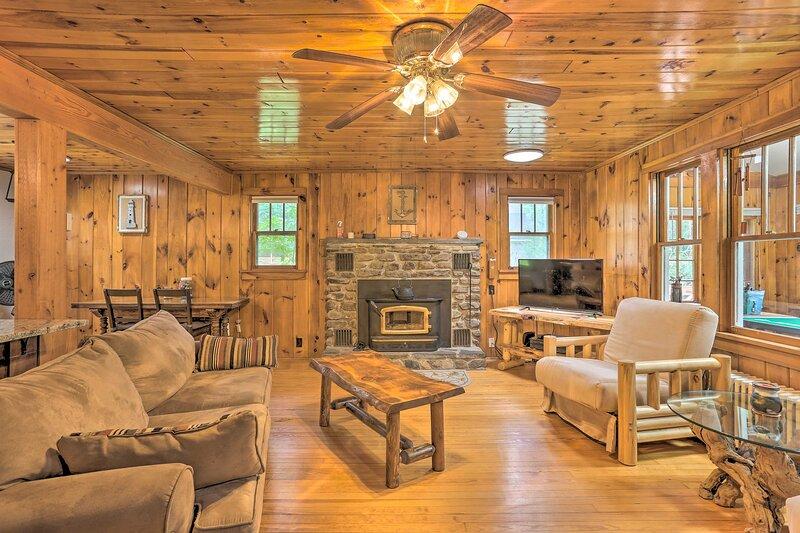 NEW! Tafton Cottage with Fire Pit: Steps to Lake!, location de vacances à Paupack