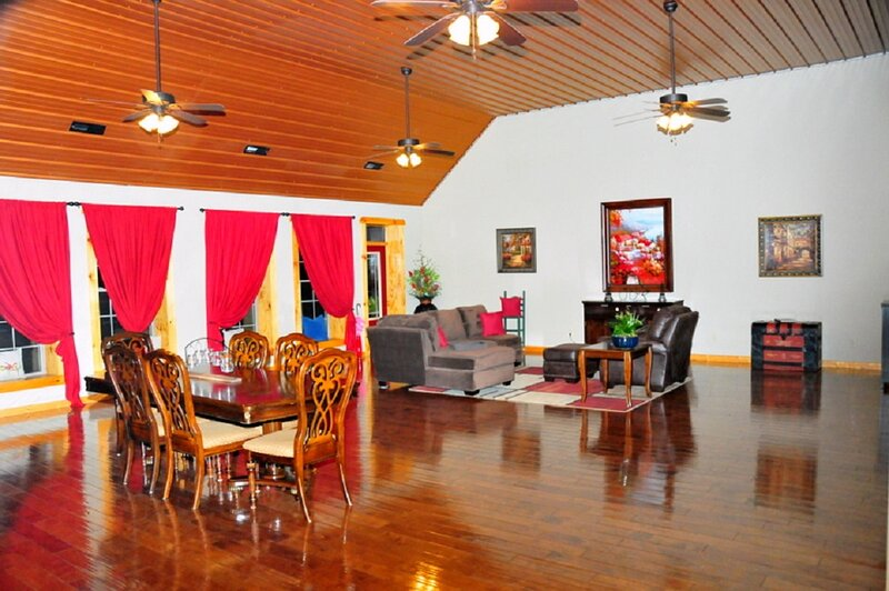 1800 Sq. FT. luxurious style loft located in historic downtown Celina!, holiday rental in Celina