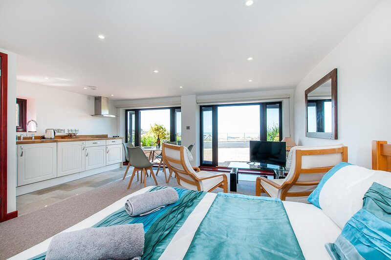St Mildreds Bay Annex Retreat With Direct Sea Views, holiday rental in Minster