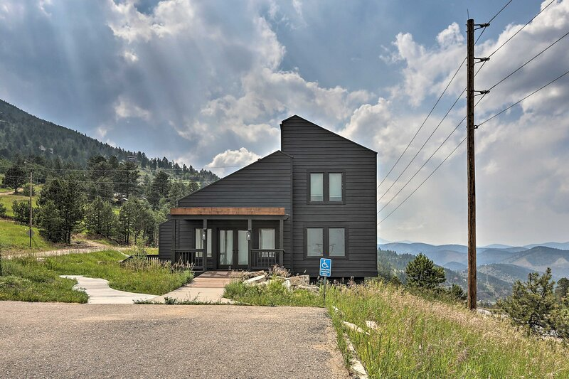 NEW! Modern Evergreen House with Mountain Views!, holiday rental in Idaho Springs