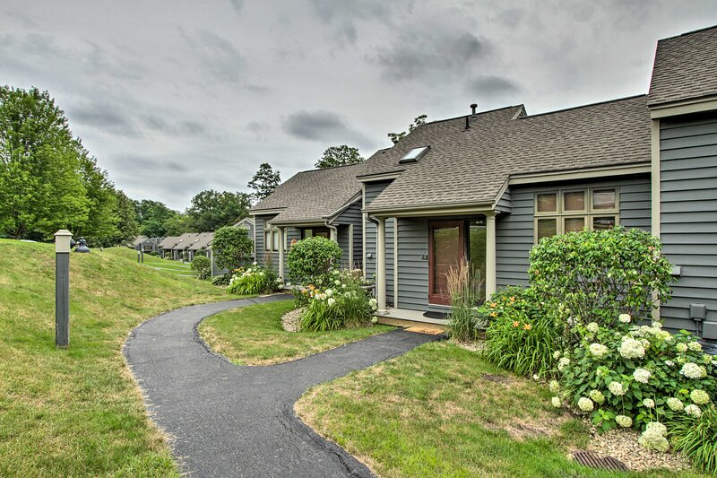 NEW! Lovely Townhome w/ Loft, 4 Mi to Lake Galena!, vacation rental in Elizabeth