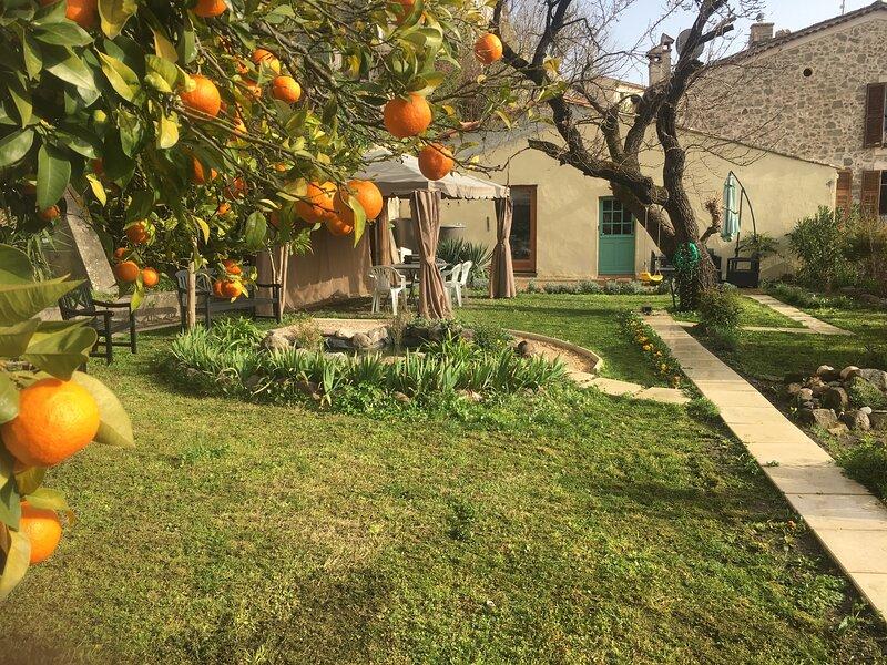 Detached Garden House containing a 4 berth and separate 3 berth accommodation, location de vacances à Villeneuve-Loubet