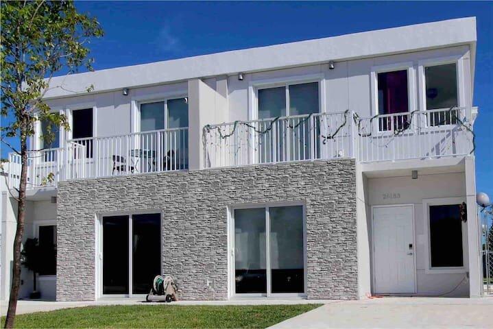 Tropical 4BR/4BA Home All CONCRETE Pergola & POOL!, alquiler vacacional en Homestead