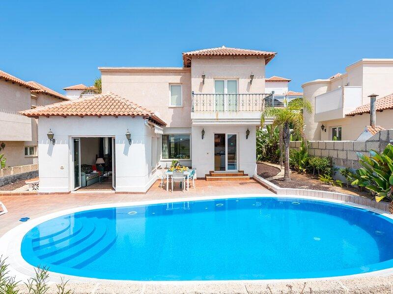 Beautiful Villa Chayofa with pool and terrace, location de vacances à Buzanada