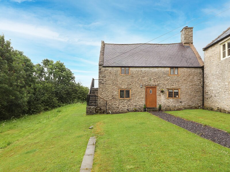 TY TABITHA WYNNE, Grade II listed, 17th century cottage, character features, holiday rental in Llangynhafal