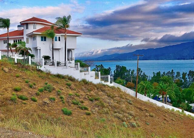 ABSOLUTELY STUNNING PANORAMIC LAKE VIEW HOME, WITH HOT TUB, alquiler vacacional en Wildomar