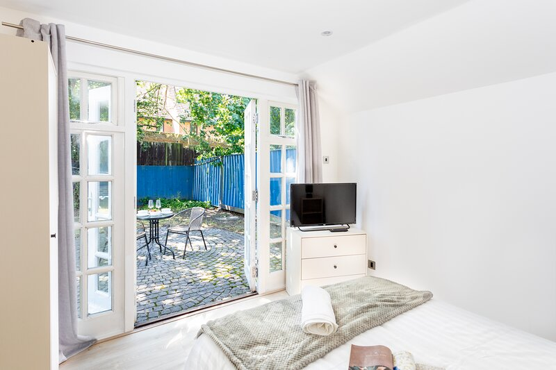 The NEW Greyhound Cottage, holiday rental in Chigwell