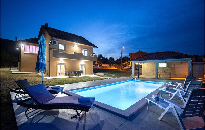 Stunning home in Trilj with Outdoor swimming pool, WiFi and 4 Bedrooms (CDC298), casa vacanza a Ugljane