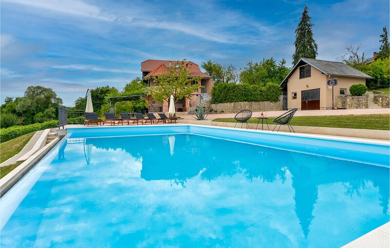 Awesome home in Krasic with Outdoor swimming pool, Jacuzzi and 3 Bedrooms (CCC19, location de vacances à Metlika