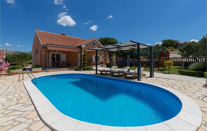 Amazing home in Krusevo with WiFi and 2 Bedrooms (CDZ965), aluguéis de temporada em Gracac