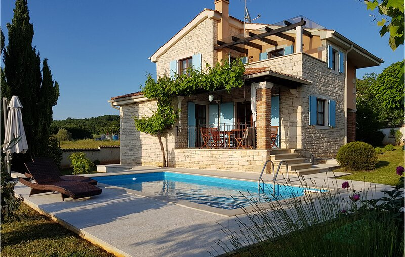Awesome home in Vrsar with WiFi and 3 Bedrooms (CIE479), holiday rental in Klostar