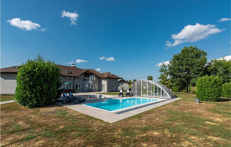 Amazing home in Graberje Ivanicko with Outdoor swimming pool, Sauna and 7 Bedroo, holiday rental in Potok