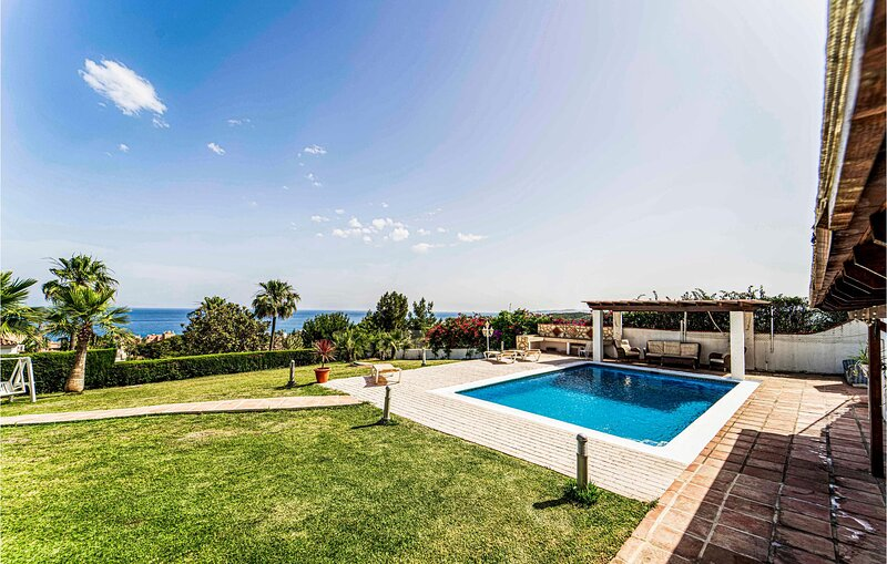Amazing home in Estepona with Outdoor swimming pool, WiFi and 3 Bedrooms (EAS570, holiday rental in Casares del Sol