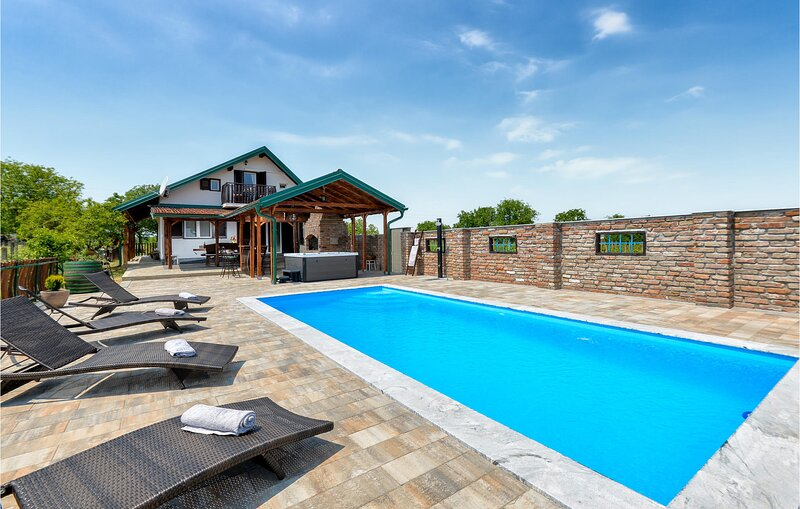 Awesome home in Prugovac with Outdoor swimming pool, Jacuzzi and 3 Bedrooms (CCC, holiday rental in Bjelovar