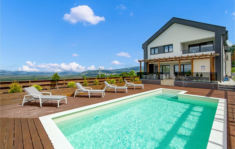 Amazing home in Udbina with Outdoor swimming pool, Heated swimming pool and 4 Be, holiday rental in Doljani