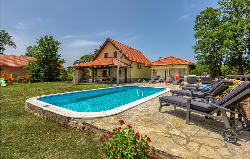 Amazing home in Lovinac with Outdoor swimming pool and 3 Bedrooms (CCL105), aluguéis de temporada em Gracac