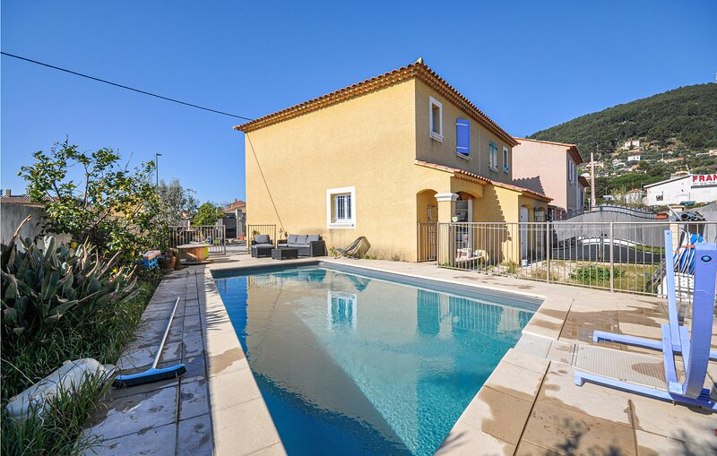 Beautiful home in La Farlede with Outdoor swimming pool, WiFi and 2 Bedrooms (FC, holiday rental in Sollies-Ville
