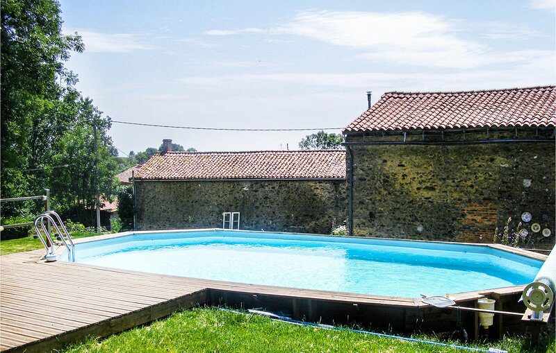 Stunning home in Scillé with Outdoor swimming pool, WiFi and 2 Bedrooms (FJD039, holiday rental in Moutiers-sous-Chantemerle