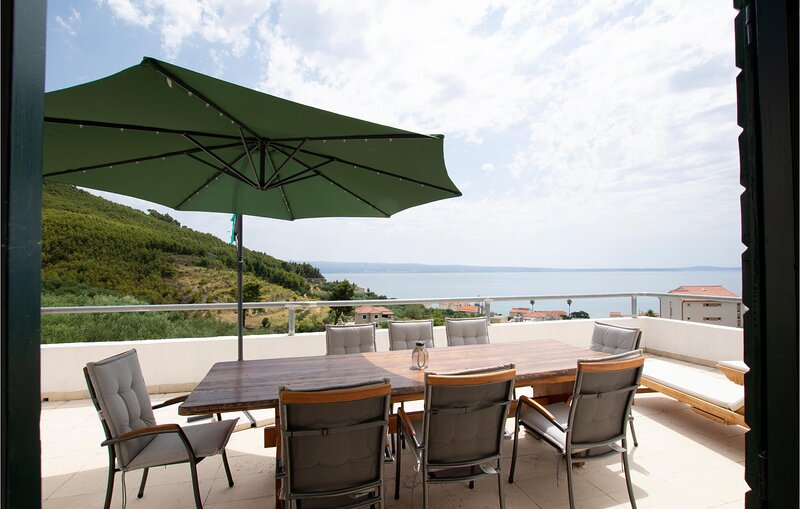 Amazing home in Podstrana with WiFi and 4 Bedrooms (CDT854), alquiler de vacaciones en Jesenice