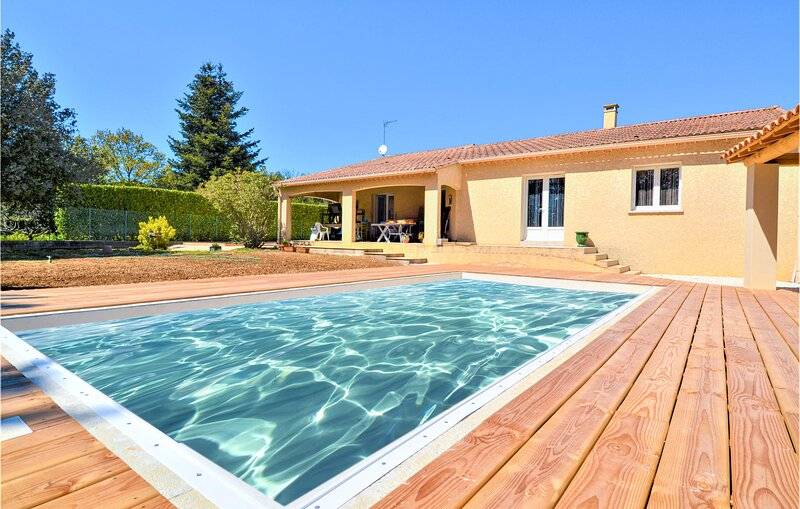 Amazing home in S.Laurent-la-Vernède with Outdoor swimming pool, WiFi and 4 Bed, holiday rental in Saint-Laurent-La-Vernede
