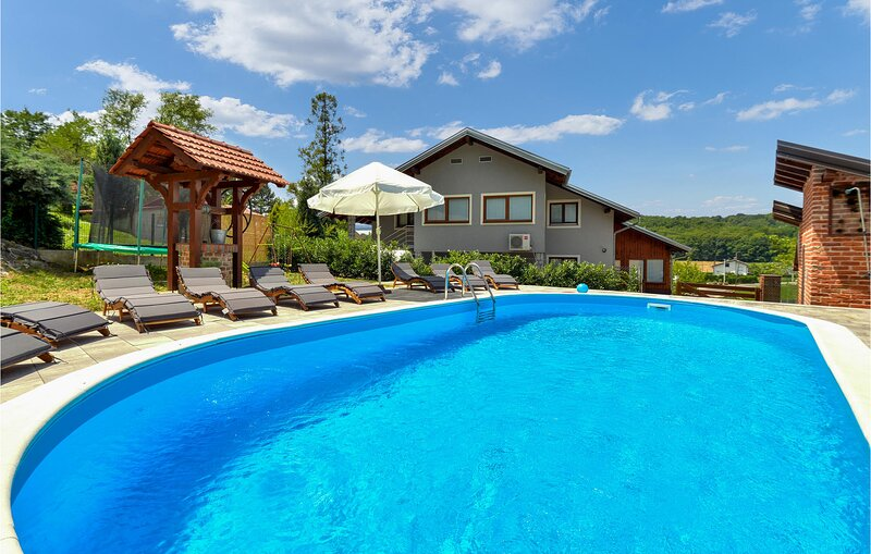 Nice home in Jastrebarsko with Outdoor swimming pool, Sauna and 7 Bedrooms (CCC1, casa vacanza a Draganici