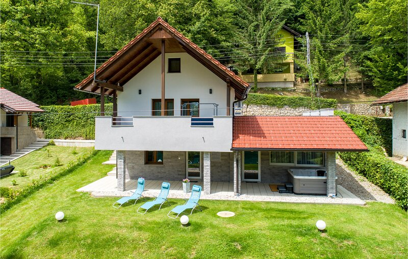 Amazing home in Ozalj with Jacuzzi, WiFi and 2 Bedrooms (CCC193), location de vacances à Metlika