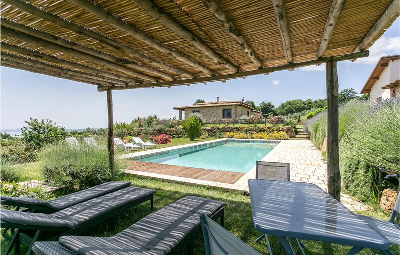 Stunning home in Gradooli with Outdoor swimming pool, WiFi and 5 Bedrooms (IRL00, casa vacanza a Latera