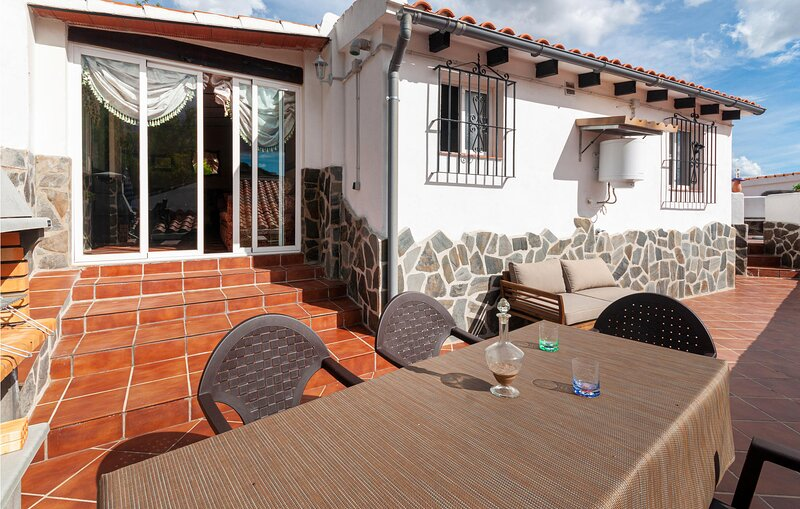 Beautiful home in Antequera with Outdoor swimming pool, WiFi and 3 Bedrooms (EAS, alquiler vacacional en La Joya
