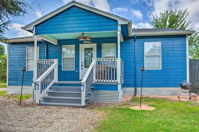 NEW! Cozy Pottsboro Home < 1 Mile to Lake Texoma!, holiday rental in Denison