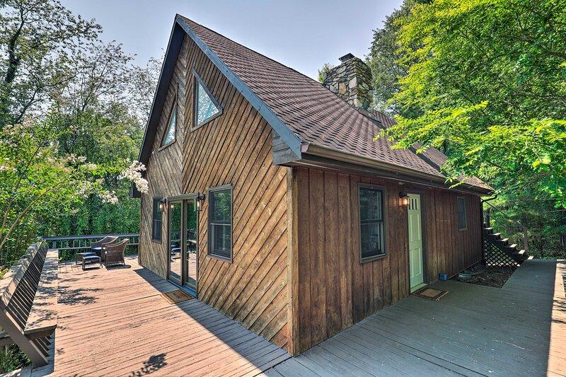 NEW! Cozy Cabin w/ Mtn Views: 7 Mi to Weaverville!, location de vacances à Mars Hill