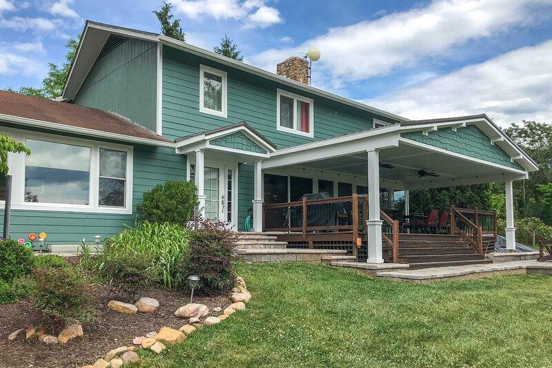 Modern Hiwassee Retreat w/ Mtn Views & Dock Access, holiday rental in Pulaski