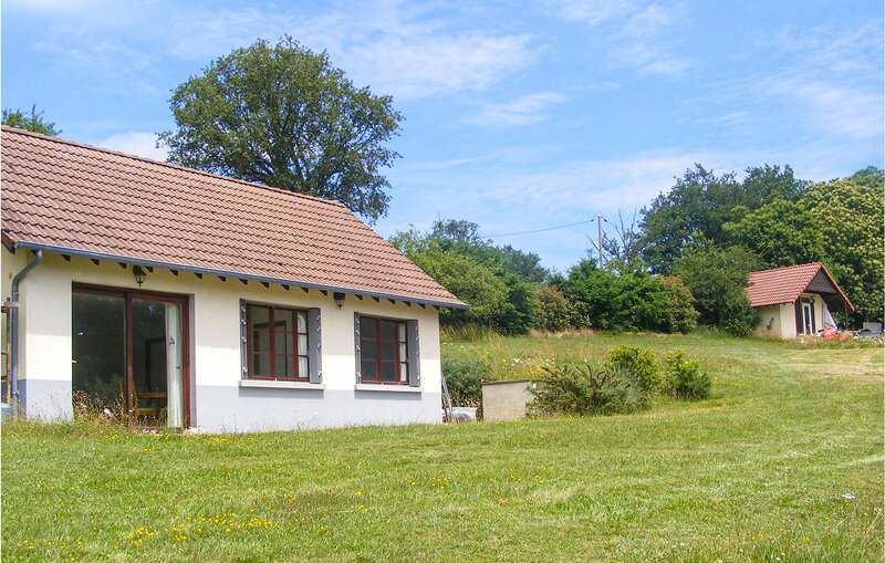Stunning home in St. Hilaire Les Places with Outdoor swimming pool, WiFi and 2 B, holiday rental in Chateau-Chervix