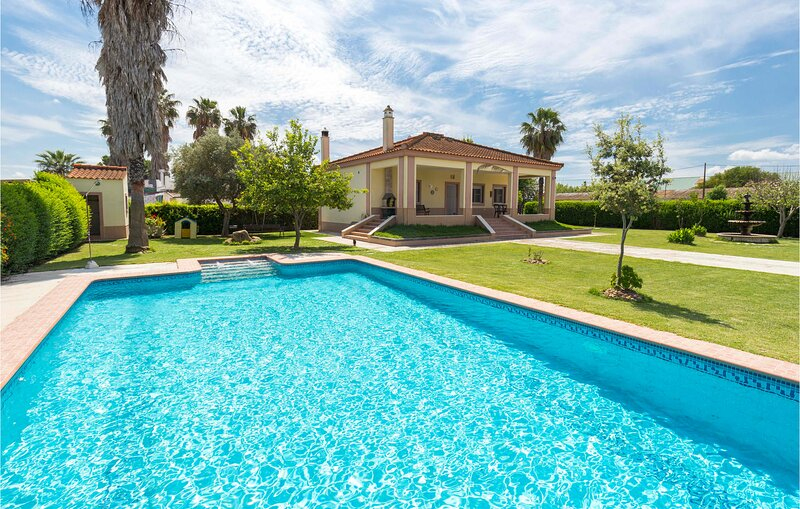 Amazing home in Los Palacios with Outdoor swimming pool, WiFi and 3 Bedrooms (EA, vacation rental in Utrera