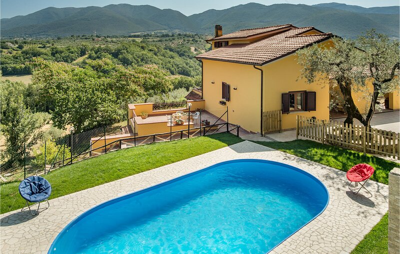 Amazing home in Torri in Sabina with Outdoor swimming pool, WiFi and 4 Bedrooms, holiday rental in Montasola