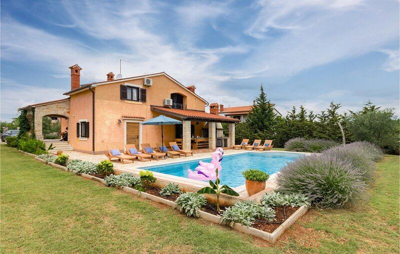 Awesome home in Pula with WiFi and 4 Bedrooms (CIL822), casa vacanza a Muntic