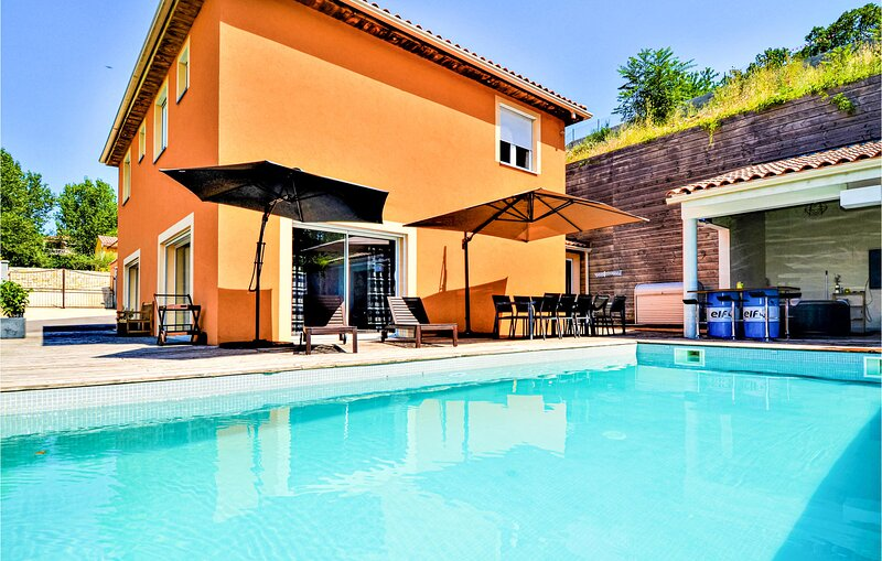 Beautiful home in Saint-Privat-des-Vieux with Outdoor swimming pool, WiFi and He, holiday rental in Servas