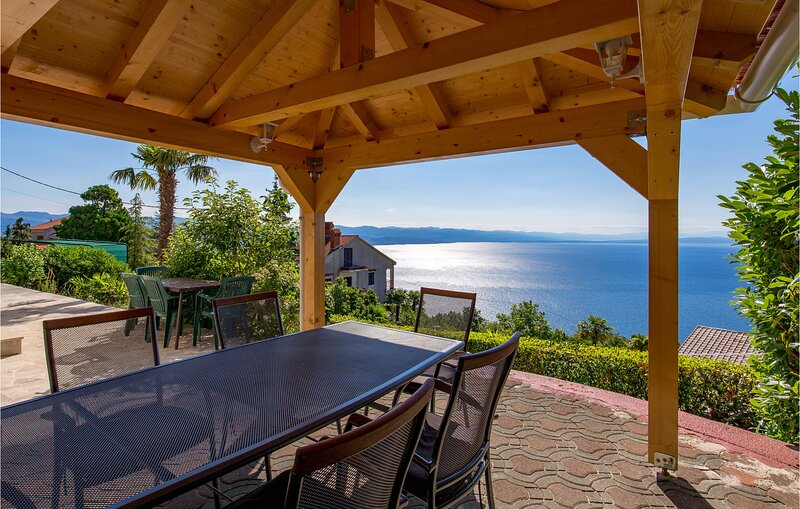 Amazing home in Veprinac with WiFi and 3 Bedrooms (CKO822), alquiler vacacional en Icici