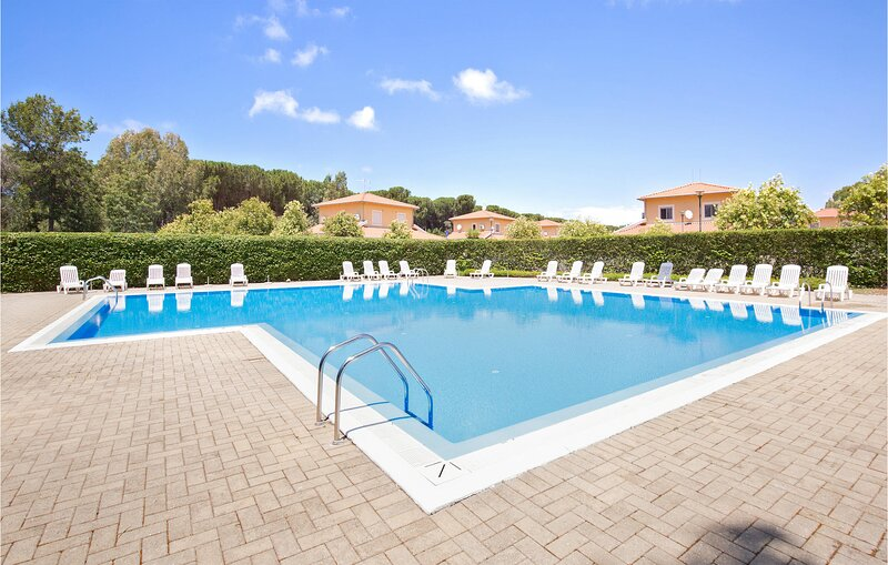 Stunning home in Pizzo with Outdoor swimming pool, WiFi and 3 Bedrooms (IKK584), aluguéis de temporada em Acconia