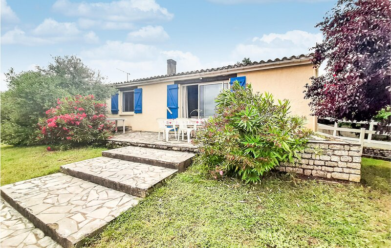 Amazing home in La Jonchère with 4 Bedrooms (FVE275), aluguéis de temporada em Lairoux