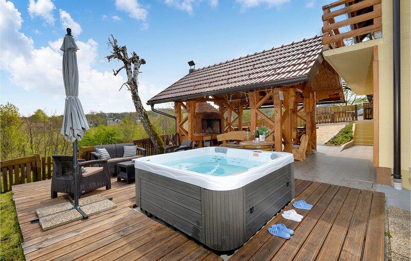 Nice home in Siljakovina with Jacuzzi, Sauna and 3 Bedrooms (CCC257), casa vacanza a Kirin