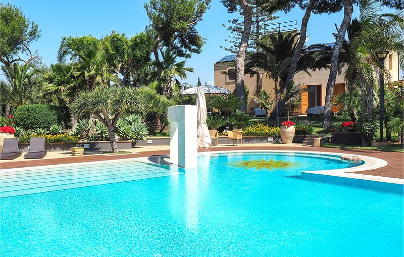 Amazing home in Butera with Outdoor swimming pool, WiFi and 5 Bedrooms (ISR404), location de vacances à Gela