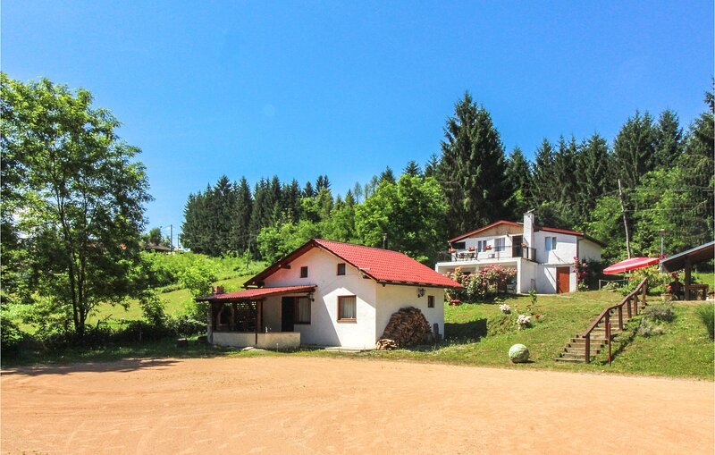 Nice home in Kamanje with WiFi and 5 Bedrooms (CCC171), location de vacances à Metlika