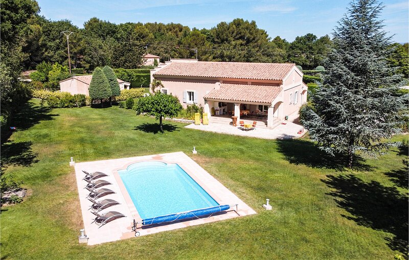 Awesome home in St. Cannat with WiFi and 5 Bedrooms (FPB255), holiday rental in Coudoux